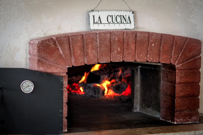 Настоящая итальянская печь для пиццы фото