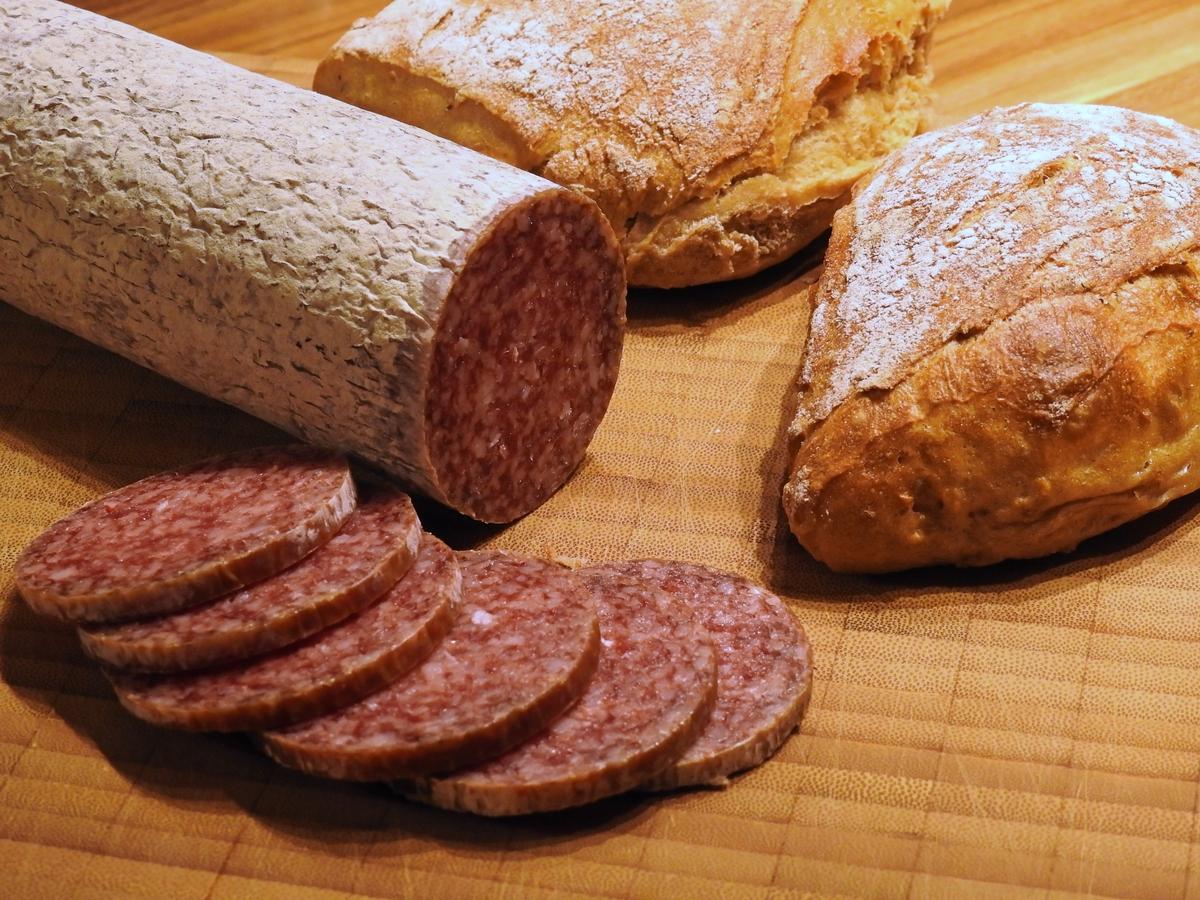 Колбаса и хлеб